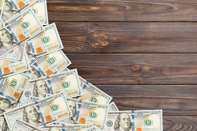 Vista superior de billetes en tableros de madera
