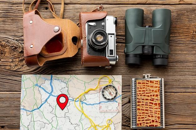 Vista superior de binoculares con cámara y un mapa