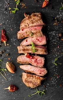 Vista superior de bistec con condimentos