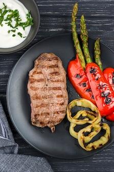 Vista superior de bistec con verduras