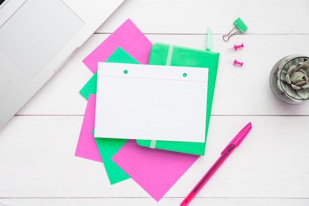 Vista superior en blanco tarjeta de nota en el escritorio