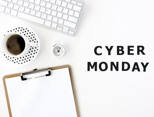 Vista superior del bloc de notas con teclado y café para cyber monday