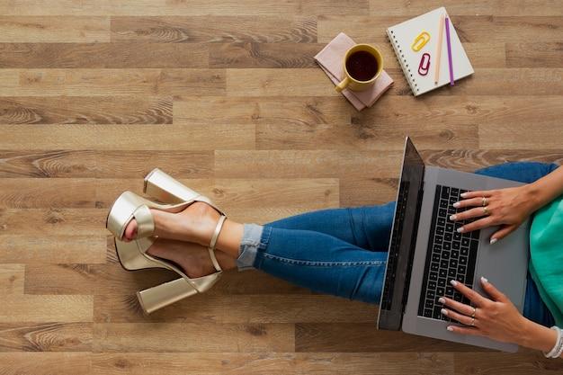 Vista superior blogger en casa trabajando