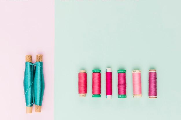 Vista superior bobinas de hilo en colores pastel