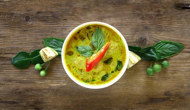 Vista superior de la bola de pescado al curry verde en un tazón blanco