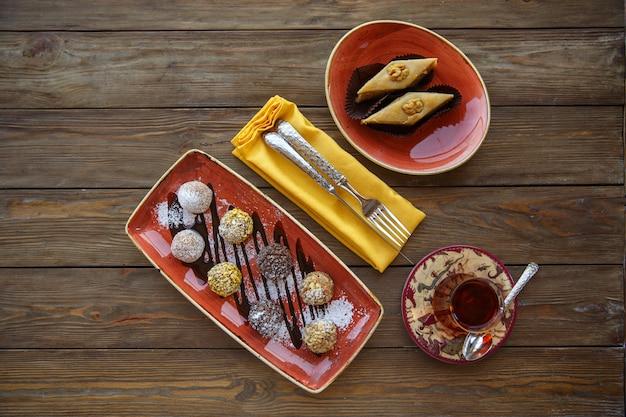 Vista superior de bolas de galleta y pakhlava servido con té