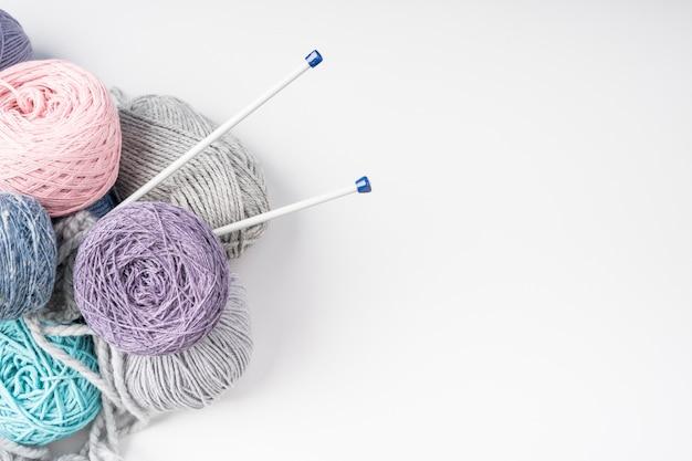 Vista superior de bolas de hilo de lana de colores