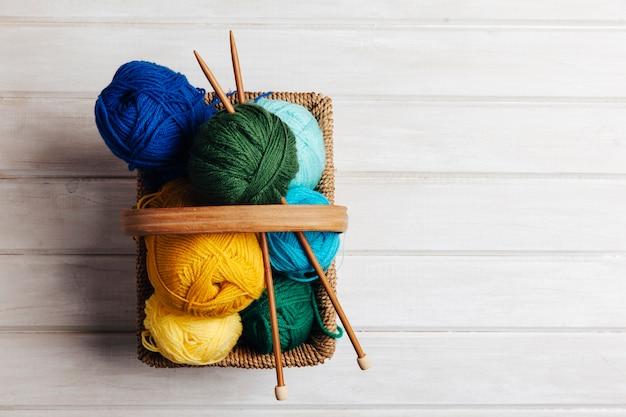 Vista superior de bolas de lana en cesta