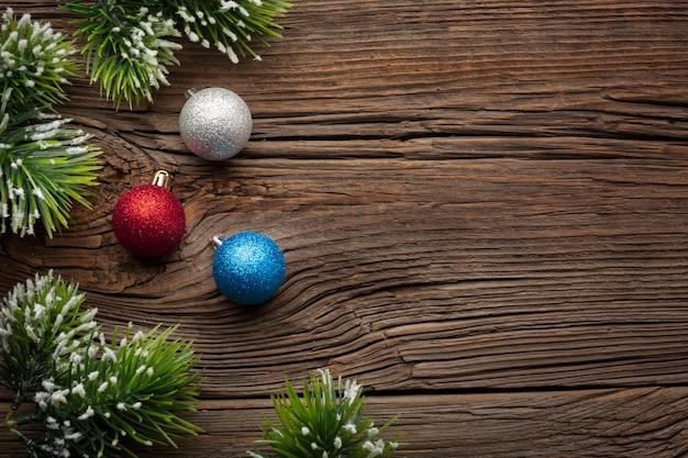 Vista superior bolas de navidad con espacio de copia