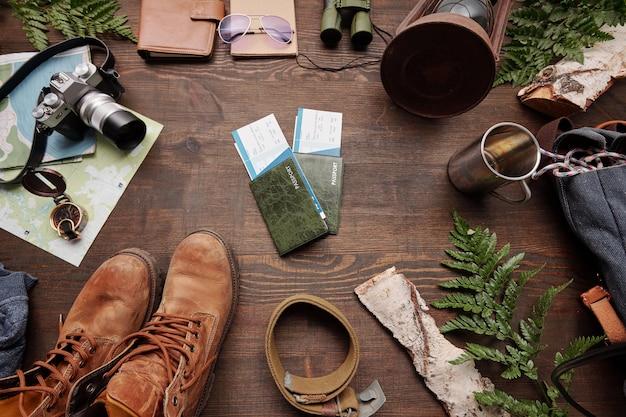Vista superior de boletos y pasaportes preparados para aventuras en el extranjero