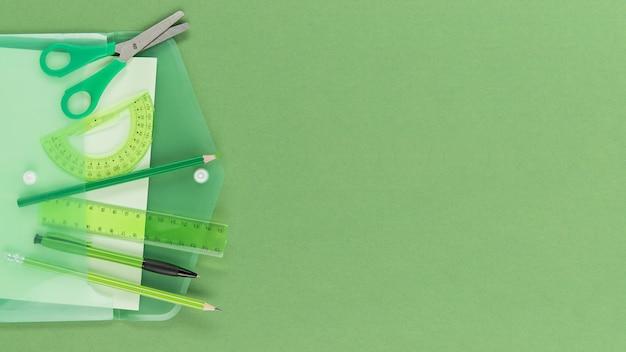 Vista superior de bolígrafo y lápices con espacio de copia