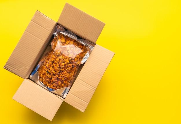 Vista superior de la bolsa de comida en el buzón marrón