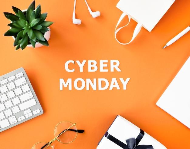 Vista superior de la bolsa de compras con regalo y teclado para cyber monday