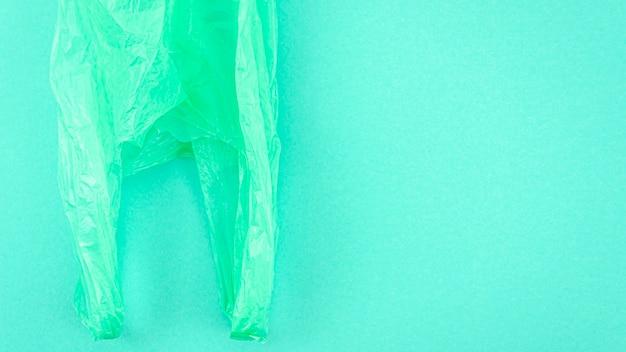 Vista superior de la bolsa de plástico sobre fondo de color