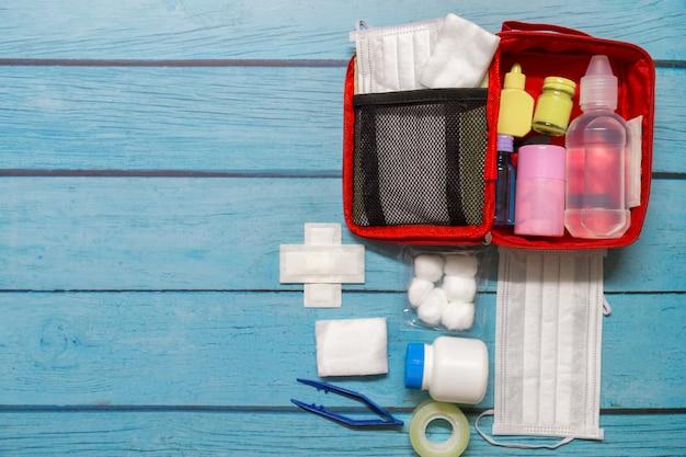 Vista superior bolsa de primeros auxilios niño con suministros médicos en madera