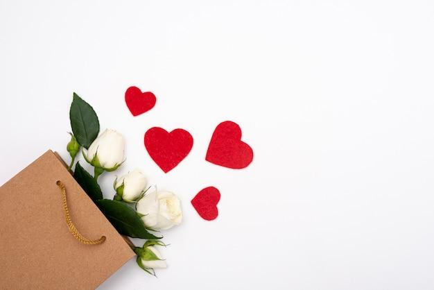 Vista superior de la bolsa de regalo con rosas y corazones