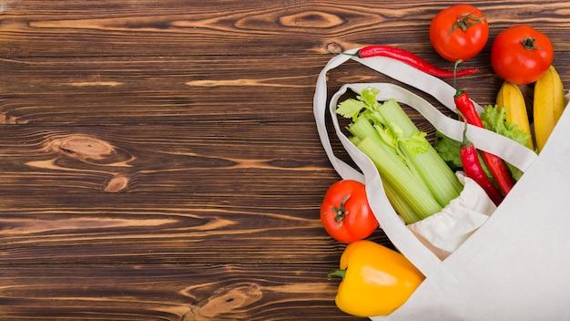 Vista superior de la bolsa reutilizable con frutas y verduras.