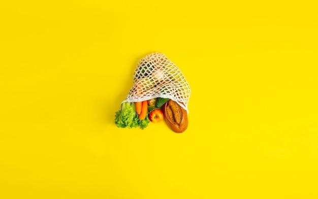 Una vista superior de una bolsa simple con alimentos frescos concepto de compras ecológicas sin desperdicio de alimentos