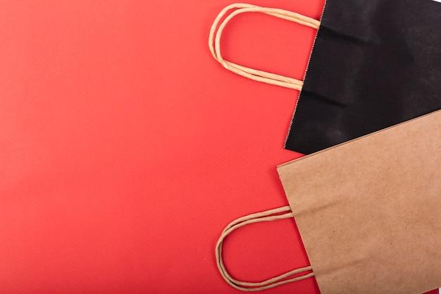 Vista superior de bolsas de compras con espacio de copia