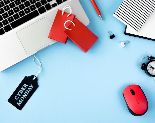Vista superior de bolsas de compras con laptop y etiqueta para cyber monday
