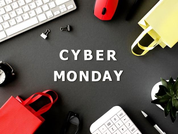 Vista superior de bolsas de compras con teclado y mouse para cyber monday