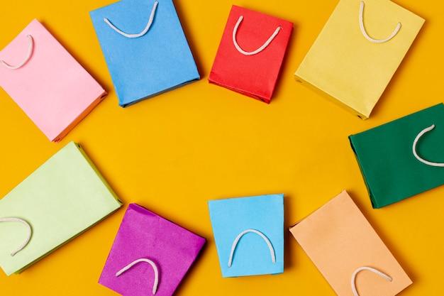 Vista superior de bolsas de papel con espacio de copia