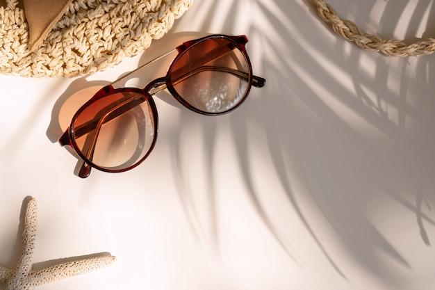 Vista superior del bolso de verano y gafas de sol