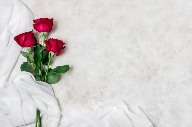 Vista superior bonitas rosas rojas con espacio de copia
