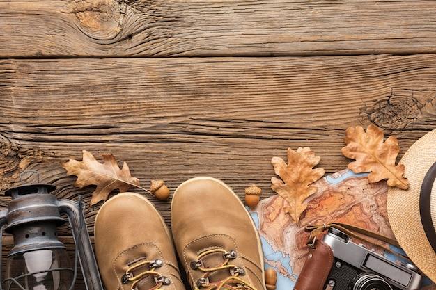Vista superior de botas con linterna y espacio de copia