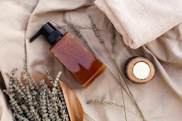 Vista superior de la botella de aceite esencial y lavanda