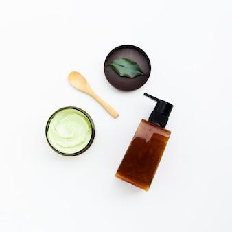 Vista superior de la botella de aceite esencial y mantequilla corporal