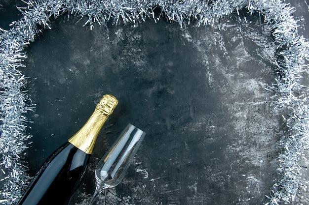 Vista superior de la botella de champán y copa de champán