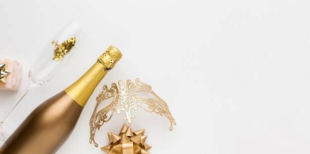 Vista superior botella de champán y vidrio