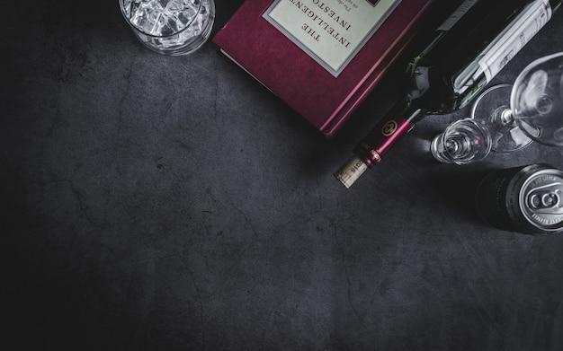 Vista superior de la botella de vino, botella de vodka, cubo de hielo y cerveza
