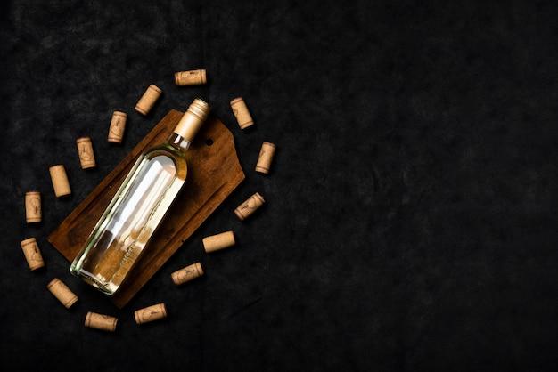 Vista superior de la botella de vino con fondo de pizarra