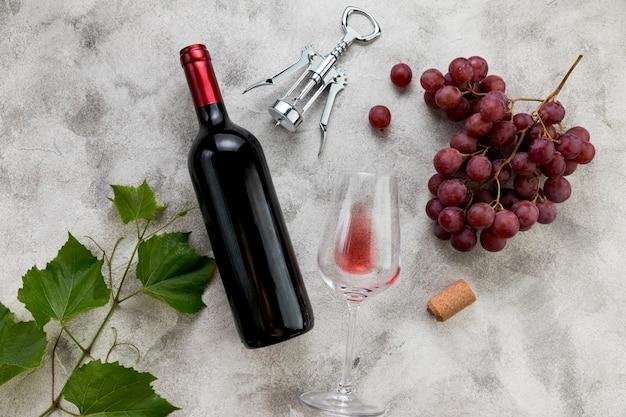 Vista superior botella de vino sobre fondo de mármol
