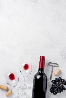 Vista superior botella de vino tinto y copas