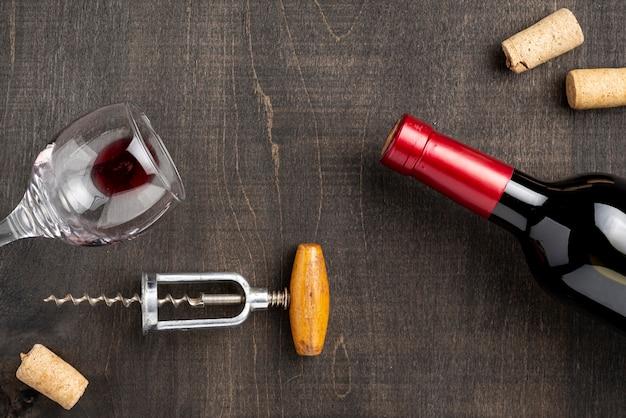 Vista superior botella de vino y vidrio
