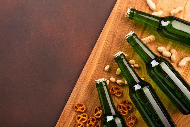 Vista superior de botellas de cerveza con espacio de copia