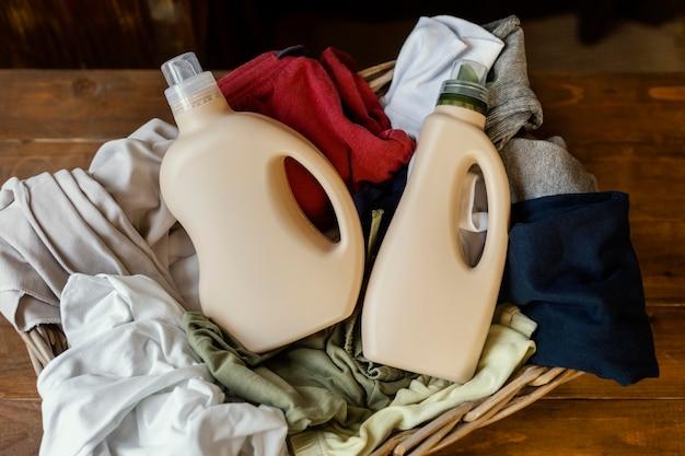 Vista superior de botellas de detergente y ropa