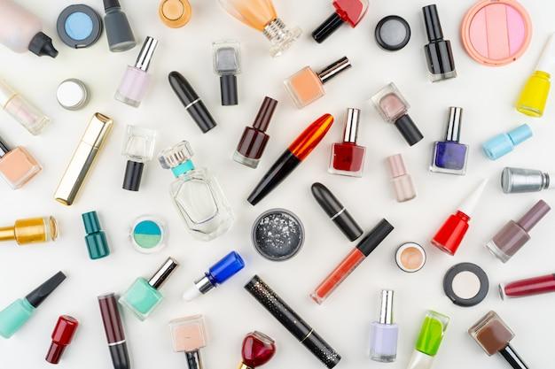 Vista superior de botellas de esmalte de uñas y cosméticos