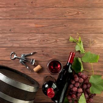 Vista superior botellas de vino sobre fondo de madera