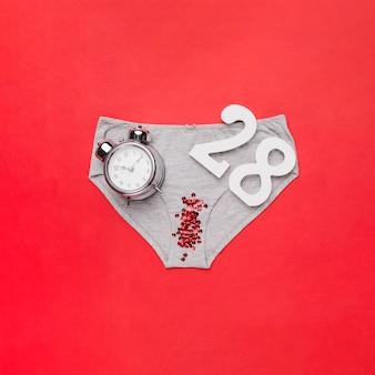 Vista superior braguitas con lentejuelas y reloj