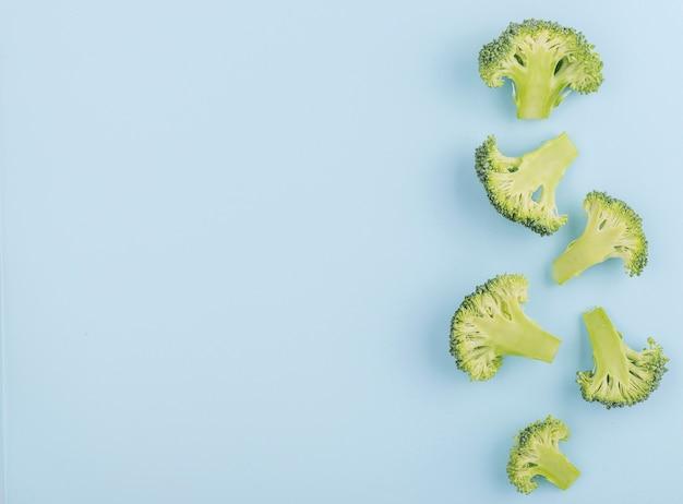 Vista superior de brócoli fresco con espacio de copia