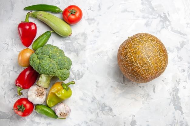 Vista superior de brócoli fresco con verduras en color de ensalada de dieta de salud de mesa blanca