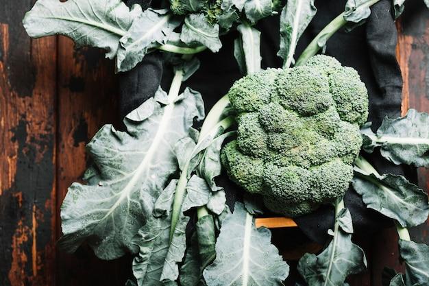 Vista superior de brócoli con hojas en una cesta