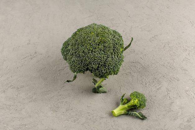 Vista superior de brócoli verde fresco maduro aislado en el fondo gris
