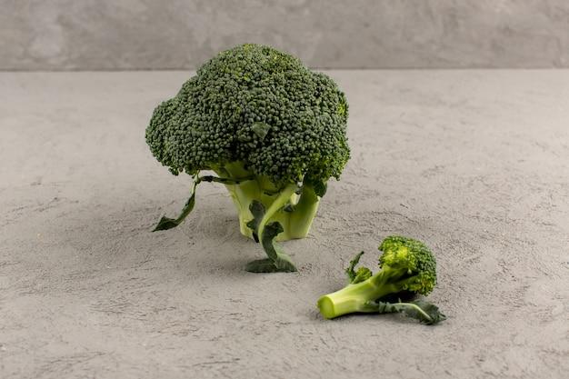 Vista superior brócoli verde fresco maduro aislado en el gris