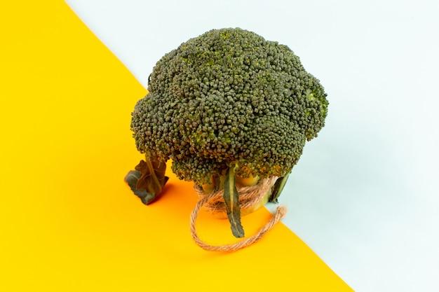 Vista superior de brócoli verde fresco maduro en el fondo colorido