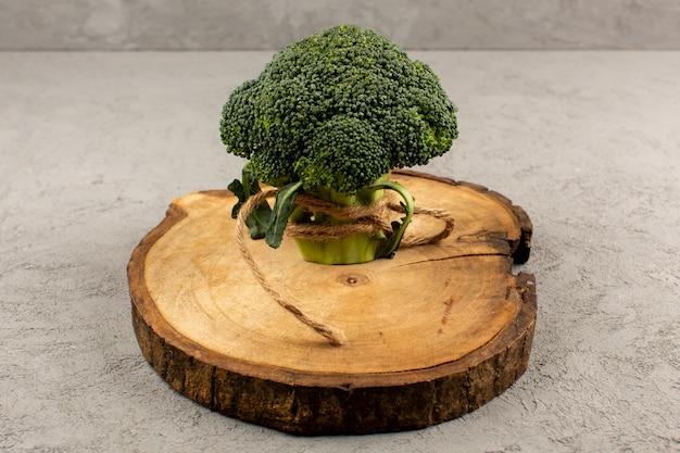 Vista superior de brócoli verde fresco sobre el fondo gris